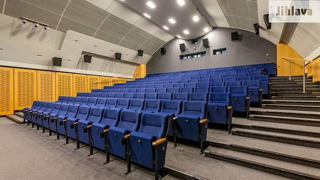V kině Dukla  jsou od podzimu 2020 nové sedačky, nyní bude mít i modernější promítačku.
