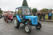 Kousky z padesátých let, ale i moderní traktory z nového tisíciletí. Taková byla spanilá jízda Zetorů v neděli odpoledne na třeštické návsi.