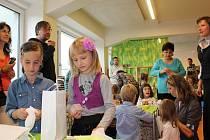 První den ve škole byl seznamovací. Už ve středu se děti vydají na výlet na Rokštejn. Do terénu, tedy do města nebo do přírody, budou chodit každých čtrnáct dní.
