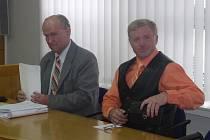 Bývalému policistovi z Havlíčkova Brodu Oldřichu Špiglovi (vpravo), který je obžalován z týrání své manželky, hrozí až osm let vězení.
