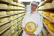 Miloš Kvasnička je s polenskou mlékárnou spjatý už více než dvacet let. Sýr Zlatá Praha je specialita, jehož recepturu mlékárna upravila pro chuťové pohárky českého konzumenta. Do budoucna by rád v Polné vyráběl moravský bochník.