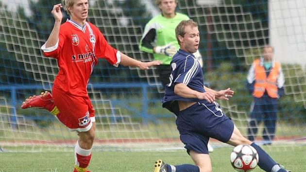 Fotbalisté Třebíče (v modrém) dnes na svém hřišti přivítají druholigového nováčka ze Znojma.