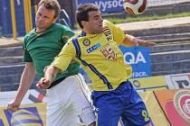 Fotbalisté jihlavské juniorky (ve žlutém Miloš Netrda) nešťastně prohráli v domácím zápase s Dolním Benešovem.
