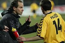 Jihlavský trenér Karol Marko prostřednictvím Michala Vepřeka diriguje zadní řady svého týmu.