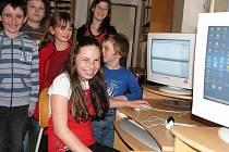 Devět dětí z malotřídky v Cejli se čtyřmi třídami by si jistě rádo zaskotačilo ve vlastní tělocvičně. Nasnímku dvě třetiny žáků školy v počítačové učebně.