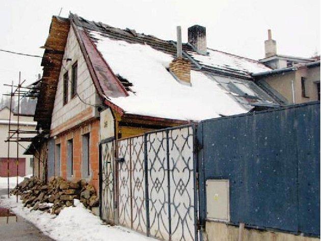 Zda je v okolí tohoto domu v Mirošově nedaleko kostela občas rušno i v noci, vědí nejlépe lidé z nejbližšího okolí.