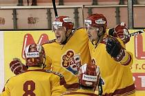 Jihlavští hokejisté (z prvního gólu v síti Třebíče radují Juraj Minčák a Tomáš Ficenc) odehráli sobotní prvoligové derby v dresech z přípravy, na nichž chyběly jmenovky i loga sponzorů.