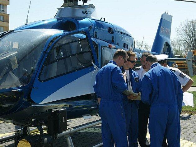 Policejní vrtulník využil ke svým startům v Jihlavě heliport u nemocnice, který běžně slouží vysočinským záchranářům.