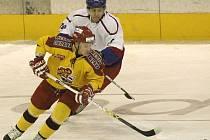 Michal Holuša (vpředu) byl jedním z osmi hráčů širšího kádru Dukly,  kteří se objevili na ledě.