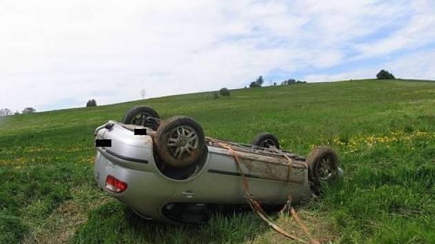 Řidič Seatu pravděpodobně usnul a skončil na louce.