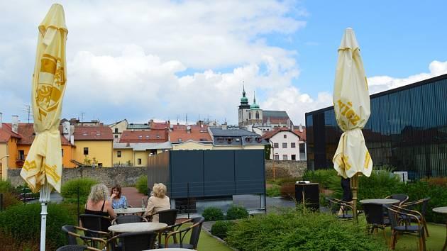 Kavárna Double Decker nabízí téměř jediný hezký pohled na město. Jsou z ní vidět hradby i kostel.