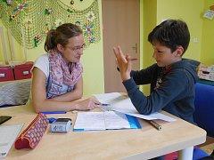 Projekty neziskových organizací se často věnují dětem a seniorům jako například projekt jihlavského Centra pro rodinu Vysočina. Nese název Není nám to jedno.