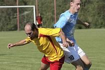 Fotbalisté Dobronína (v modrém) se s uplynulou sezonou nerozloučili nejlepším možným výkonem a výsledkem. Doma podlehli Ledči 1:4.
