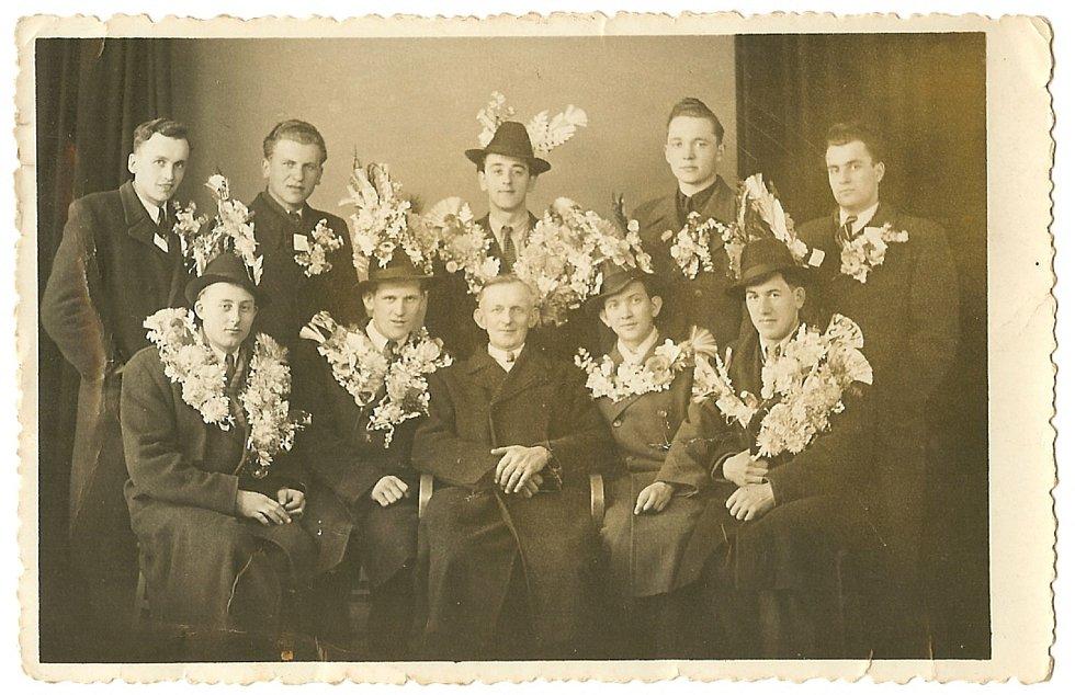 Společný snímek rekrutů neboli odvedenců na vojnu, narozených v letech 1926 -27. K tradici v Dolní Cerekvi patřilo, že rekruty ke komisi doprovázel sám starosta a poté společně položili věnec k pomníku padlých.