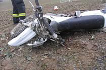 Motocykl, který narazil do auta Jana Nováka, jel před kolizí zřejmě velmi rychle.