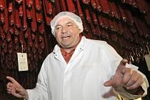 Ředitel Josef Borek na sušárnách vysvětluje, jak dlouho jednotlivé salámy zrají.