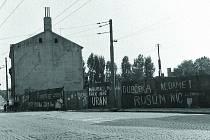 Celá Jihlava byla po 21. srpnu 1968 pomalovaná vápnem. Zdi, chodníky, ploty… Nápisy vybízely Rusy kodchodu a nepěkně se o nich vyjadřovaly. Na snímku ohrada vmístě dnešní křižovatky u Dělnického domu.
