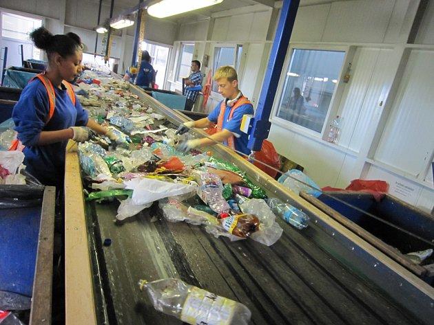 V některých chvílích musejí pracovníci třídicí linku i na chvíli zastavit. To když se jim začnou na páse hromadit pet lahve.