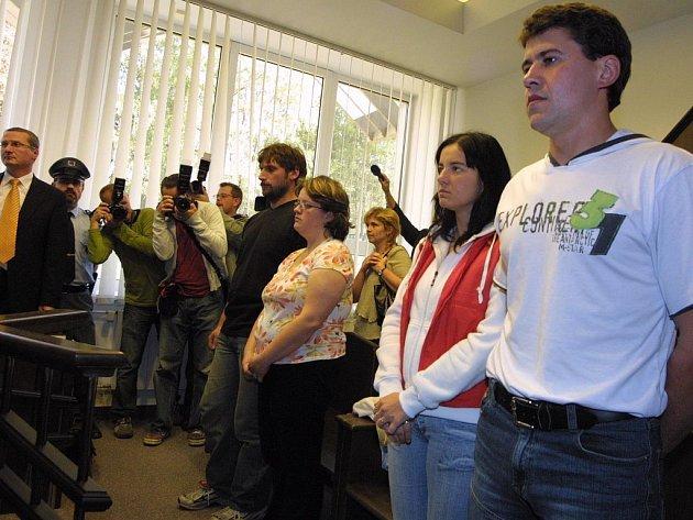 Rodiče obou zaměněných holčiček ve čtvrtek vyslechli verdikt soudce u Okresního soudu ve Žďáře nad Sázavou. Ten zamítl žalobu na popření otcovství Libora Broži z Jabloňova.