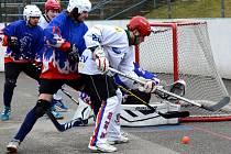 Na úvod porážka. Jihlavští hokejbalisté (ve světlém) se snažili marně. Na hřišti v Teplicích podali solidní výkon, ale i tak podlehli domácímu výběru těsně 2:3.