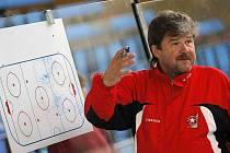 Trenér třebíčských hokejistů Jaromír Šindel v sobotu oprášil brankářskou výstroj. Bývalý reprezentační gólman si v exhibičním utkání zachytal za Jihlavu, s níž v letech 1984 a 1985 získal v tehdejší československé lize dva mistrovské tituly.