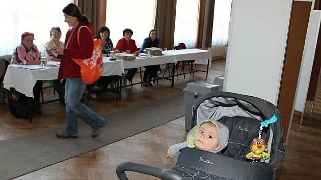 K volbám v pátek chodili ve Stonařově