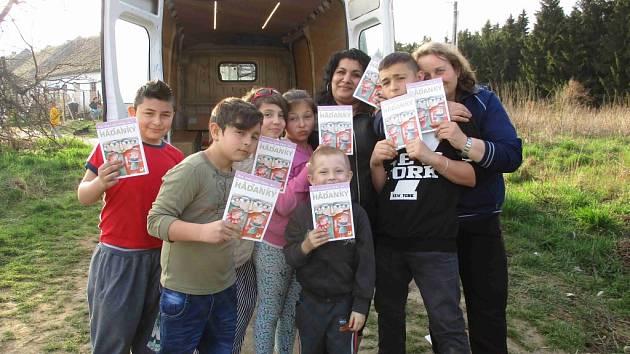 Akce sov. Na závěr projektu dostaly děti dárky v podobě knihy s romskými hádankami.