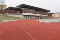 Atletická dráha. Současný stav stadionu Na Stoupách. Nový povrch má odpovídat parametrům Mezinárodní asociace atletických federací.