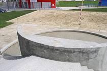 Práce na sousedním stadionu FC Vysočina už skončily, venkovní areál bazénu s pískovým hřištěm znovu slouží návštěvníkům.