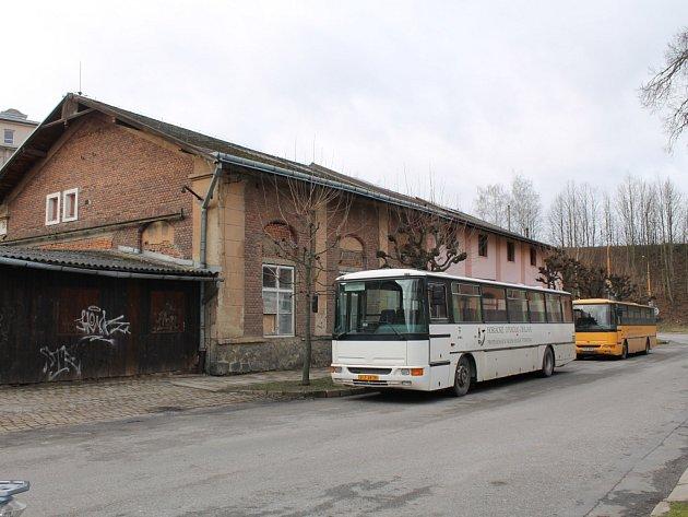 Gorkého. Autobusy Horáckého divadla Jihlava nyní parkují vně bývalé tramvajové vozovny v Gorkého ulici.