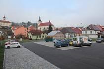 Dopravní terminál nedaleko náměstí v Brtnici už slouží svému účelu, ne všichni řidiči ale přestali parkovat na náměstí.