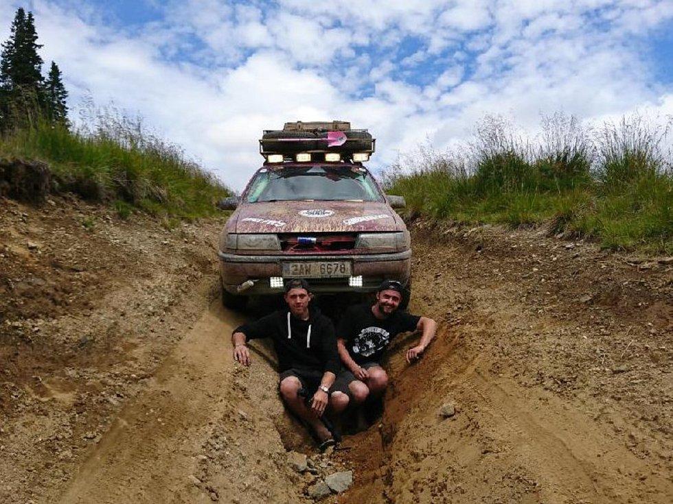 Oba cestovatelé během cesty po rumunských horách.