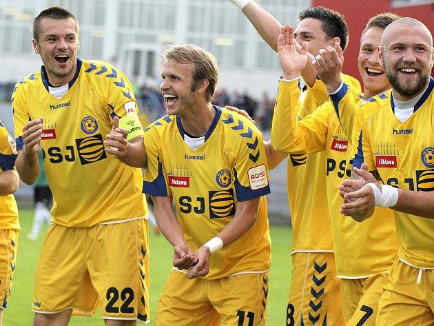 Záložník Lukáš Vaculík (druhý zleva) se raduje ze vstřelení důležitého druhého gólu FC Vysočina, Jihlavané porazili Most 3:0 a zůstanou i nadále ve druhé lize na druhém místě.