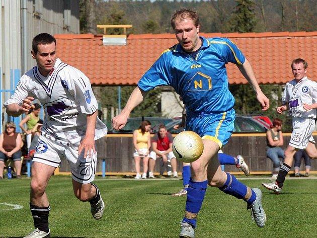 Domácí Jan Trnka (vlevo) brání pronikajícího Tomáše Holého, který se v derby neprosadil a tři minuty před koncem jeho tým navíc inkasoval rozhodující branku.
