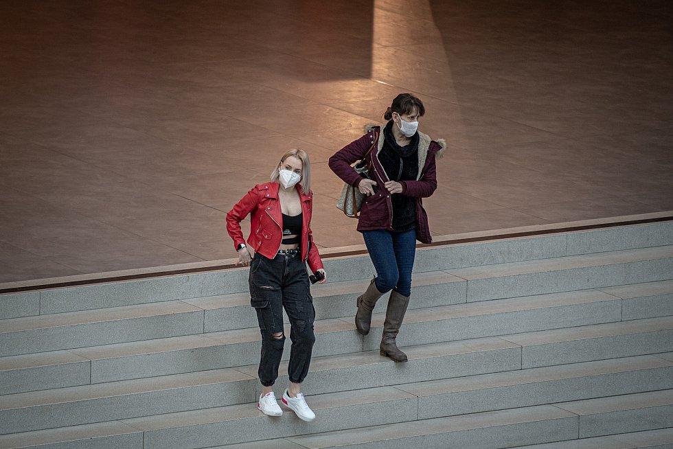 Ženy s rouškami a respirátory, iustrační foto