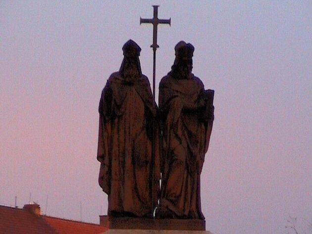 Sousoší věrozvěstů Cyrila a Metoděje na třebíčském náměstí.