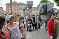 V rámci festivalu Hudba tisíců – Mahler Jihlava loni 11. června vznikl v parku Gustava Mahlera doposud největší živý obraz v Česku. Scenérii pojmenovanou Jan Amos Komenský se loučí s Jihlavou vytvořilo 405 Jihlavanů ze dvou desítek tamních spolků.