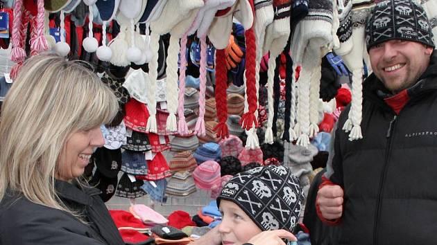 O zimní doplňky byl na svatomartinském jarmarku na Masarykově náměstí zájem.