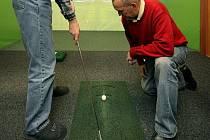 Majitel golfového simulátoru Jaromír Baran (na snímku) nevidomé učí, jak golf správně hrát.