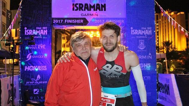 """Martina Černého (vpravo)  podporoval v  Izraeli jeho otec. Ten byl na svého syna nesmírně pyšný! """"Táta mě strašně moc podporuje, a jsem rád, že tam mohl být se mnou,"""" říká vítěz dlouhého triatlonu v kategorii 30 – 34 let."""