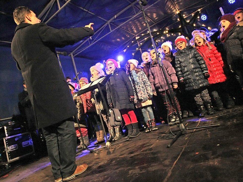 Podpora sboru. Sbor ze Základní umělecké školy v Jihlavě byl pilířem akce Česko zpívá koledy v krajském městě Vysočiny už popáté. Malí zpěváčci sklidili od příchozích potlesk.