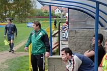 Jaroměřický trenér Petr Kylíšek (vlevo) se v pěti zápasech musel obejít bez režiséra hry Tomáše Novotného (vpravo v popředí). S návratem zkušeného záložníka do sestavy se konečně dostavil i plný bodový zisk.
