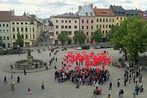 Happening na podporu HIV pozitivních a AIDS se včera konal na jihlavském Masarykově náměstí.
