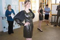 Maturantky svoje modely musely prezentovat před maturitní komisí. Oblečení pak předváděly modelky, na které byly šaty přímo ušité.