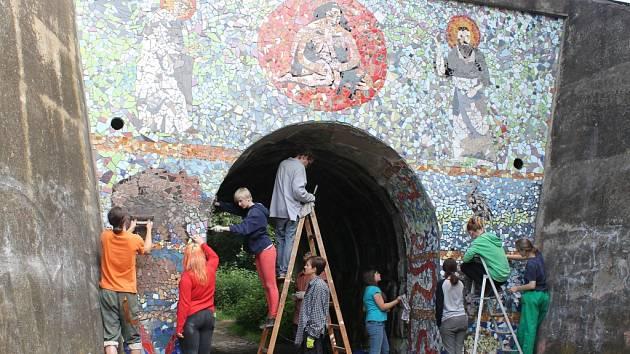 Mozaika v přírodě. Na mozaice na průčelí mostu u Hruškových Dvorů pracovalo dobrovolně deset studentů sedm dní. Koncem tohoto týdne by mělo být dílo hotovo.