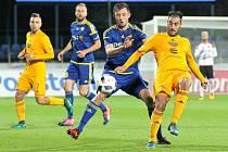 Jen bod. Jihlavští fotbalisté (v modrých dresech) ve stávajícím ročníku první ligy bodovali v pěti případech. Víckrát než čtrnáctý Hradec Králové, stejně jako desátá Karviná. Jenže za remízy 1:1 přibývají body pomalu.