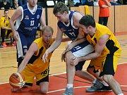 Jihlavští basketbalisté (ve žlutém) zvládli duel s Plzní na výbornou, radují se z výhry o 26 bodů.