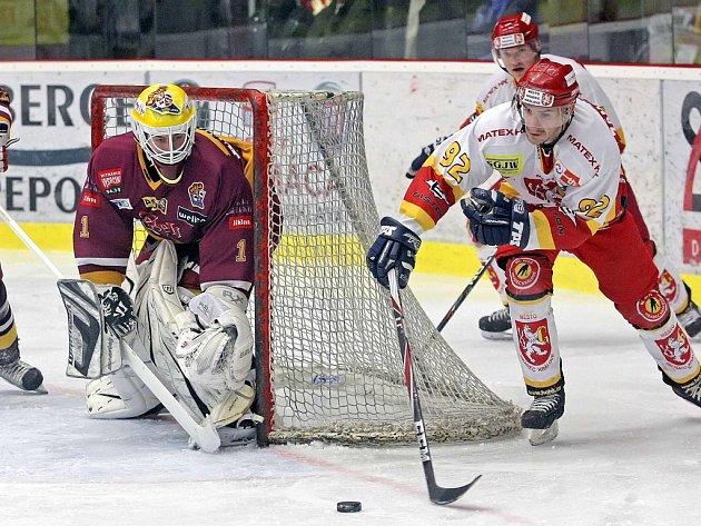 Stopku pro minulou sezonu dostali hradečtí hokejisté na stadionu v Jihlavě. Na stejném ledě ve středu večer zahájili i nový ročník.