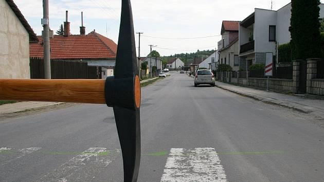 Obří krumpáč z kovářské dílny Petra Píši zahájil rekonstrukci Čenkovské ulice v Třešti. Nyní už těžká mechanizace odkryla asfalt.