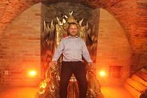 V Telči je letos nově přístupná čertovna, jedná se o součást prohlídkové trasy v podzemí. Křeslo pro vládce pekel si zkusil i starosta Vladimír Brtník.